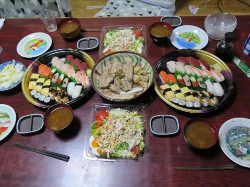 半額寿司、100円引き蒸し鶏サラダ、ゆず大根、味噌汁、カツオアラ煮