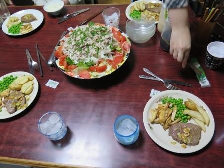 オージービーフももステーキ・エリンギとグリンピース添え、冷しゃぶサラダ、チューハイ