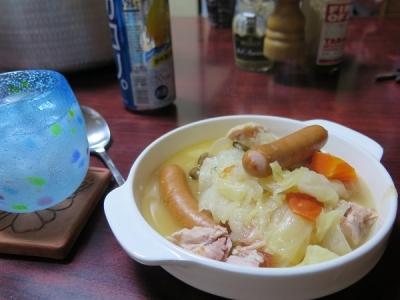 とり肉ソーセージ野菜のスープ煮、チューハイ