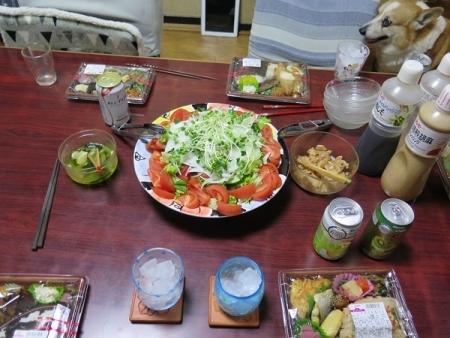 イオン弁当、サラダ、チューハイ