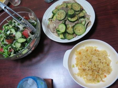 盛りだくさんサラダ、豚バラとズッキーニ炒め、チャーハン、チューハイ