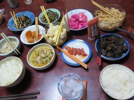 炊き立て白ご飯、ふくやの明太子、チューブ明太子、漬物各種、くじらの大和煮、太古の黒うさぎ