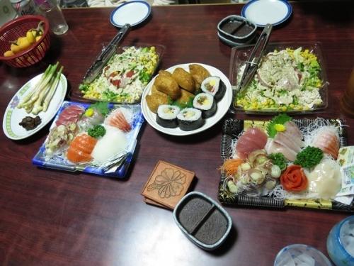 半額刺身盛り、100円引きサラダ、助六寿司、新しょうが味噌、太古の黒うさぎ