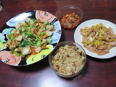 とり肉と野菜の塩麹炒め、魚肉ソーセージの卵とじ、メンマ、チューハイ