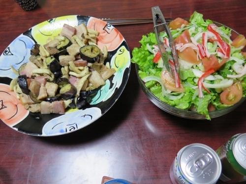 厚切りベーコンと豚バラとエリンギ炒め、カニカマサラダ、チューハイ