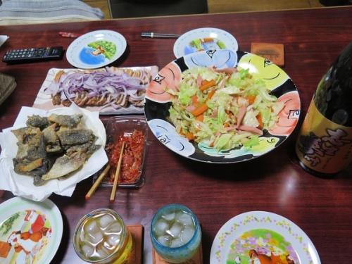 合鴨燻製のオニオンがけ、キャベツと魚肉ソーセージ炒め、鮭の皮の唐揚げ、キムチ