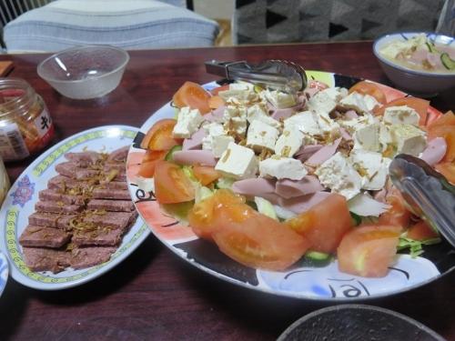 スライスコンビーフ、豆腐と魚肉ソーセージのサラダ