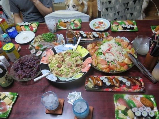 半額寿司、ゴーヤチャンプルー、カニカマサラダ、刺身盛り合わせ、花春