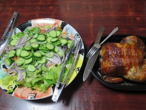 ロティサリーチキンとサラダ