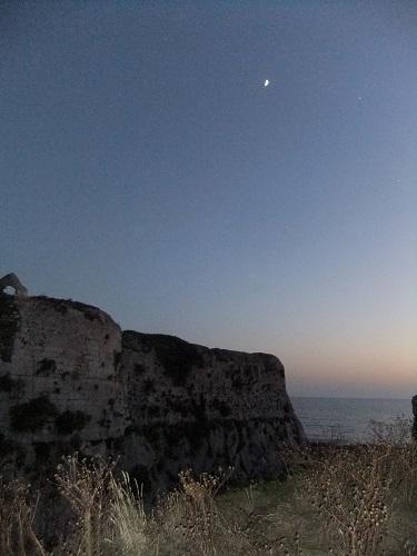 メトーニ_城壁と月