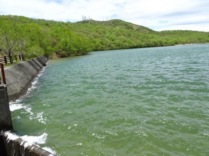 波立つ湖面