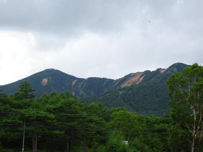 テラスから東篭ノ登山と水ノ塔山