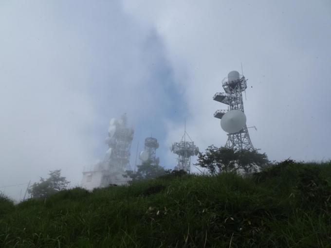 霧にむせぶ鉄塔