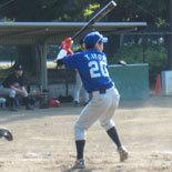 4回表、伊藤永が安打を放つ