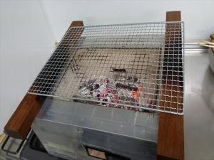 炭が落ち着いたら網を焼く