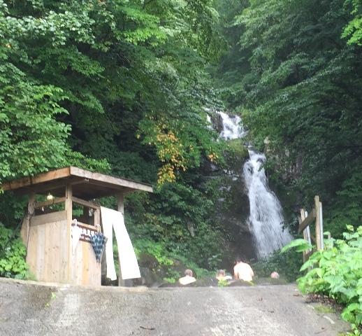 滝を見ながらの露天風呂