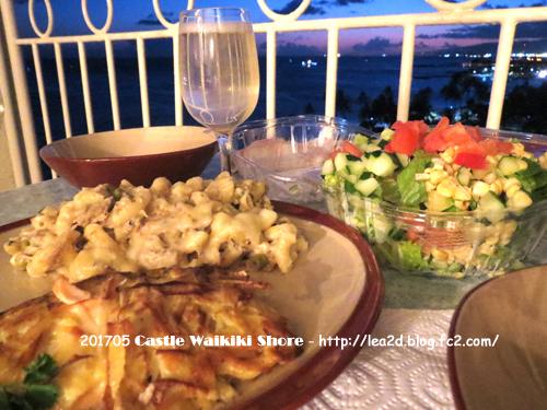 201705 ワイキキショアのラナイでDiamond Head Market & Grill のデリな夕食