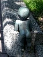 枚方市役所沿道子ども像後ろ姿1708