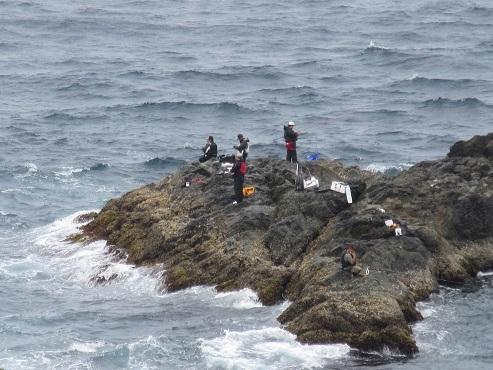 19 釣り人と沖を行く漁船