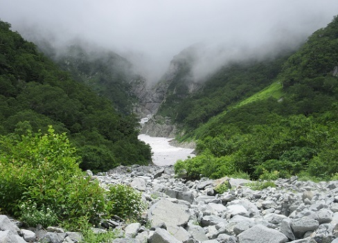 16 前穂高岳直下の雪渓