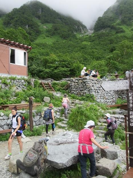 19 岳沢小屋の前