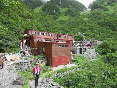 22 岳沢小屋の全景