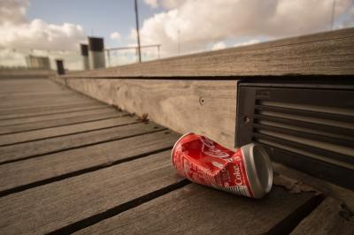 赤いゴミ 空き缶