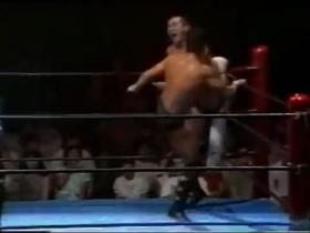 物ともせず突っ込む高田は蹴りの連打、