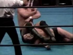 高田が腕ひしぎ逆十字で切り返すと、