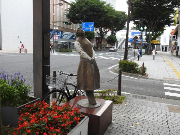 170718いわき駅前のお嬢さん_01