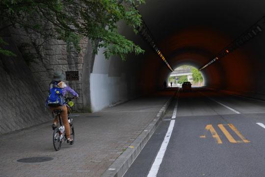 303トンネルを抜けて