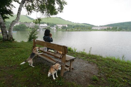 02湖畔のベンチデ朝食