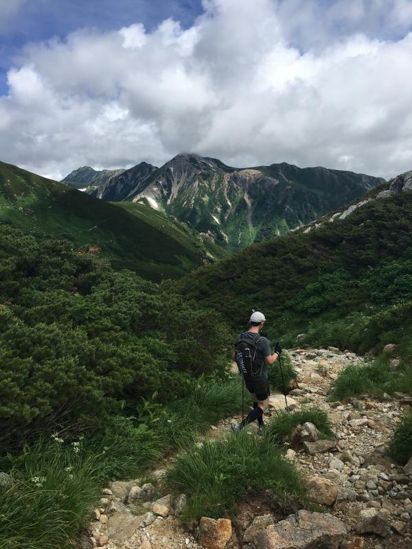 雲ノ平0804_巻道からの鷲羽岳