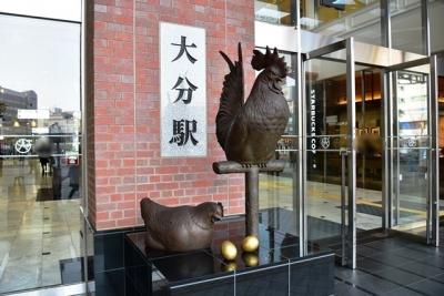 府内中央口にニワトリと金の卵像