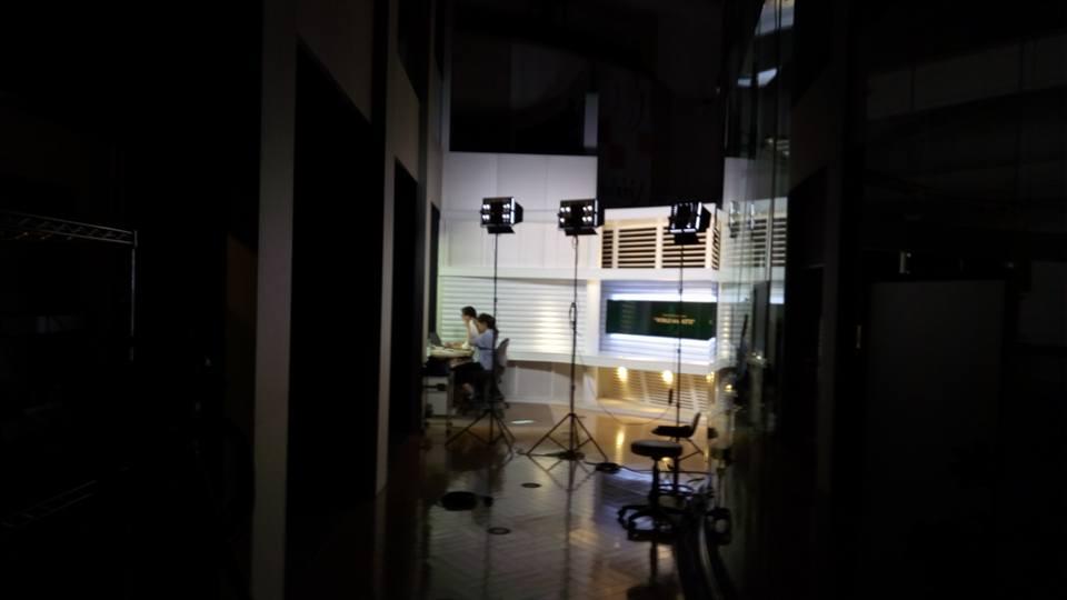 闇の中に浮かび上がるスタジオ
