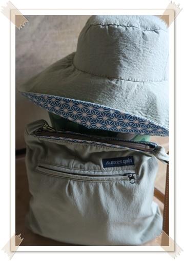 帽子とショルダーバッグ