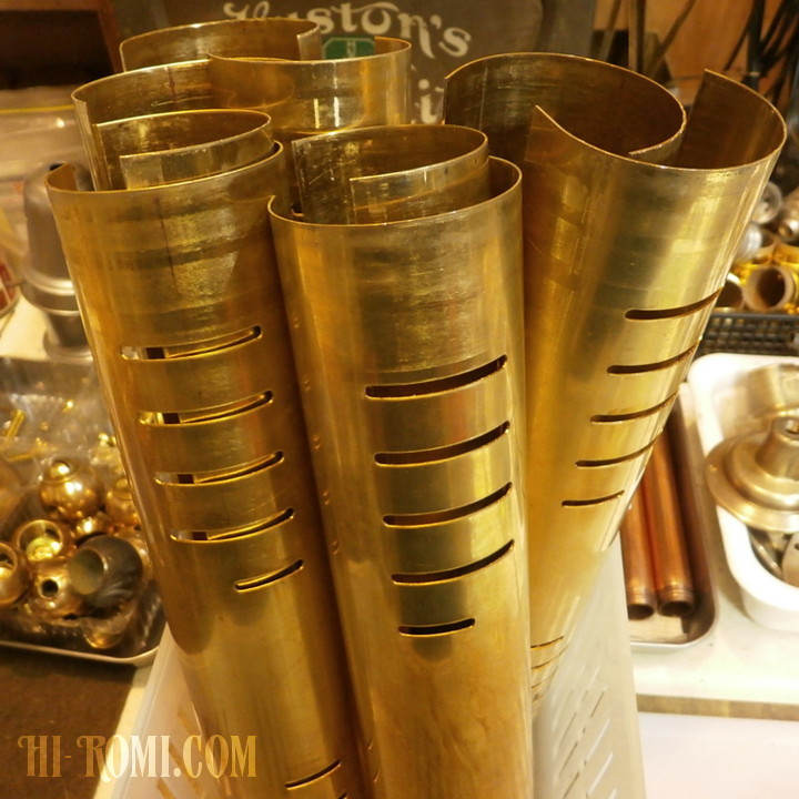 当店オリジナルの真鍮製ピクチャーライトのシェードを製作中。