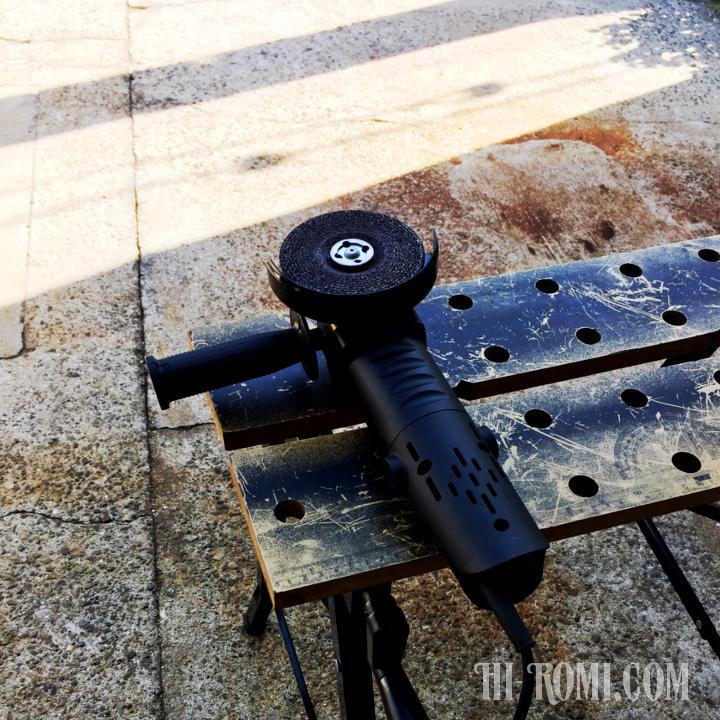 照明を支える鉄製ベースをグラインダーで加工中。