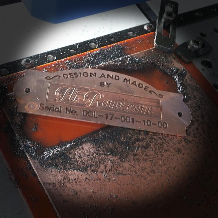 当店オリジナルの真鍮製ピクチャーライトのシェードに貼り付けるネームプレート。試作中!