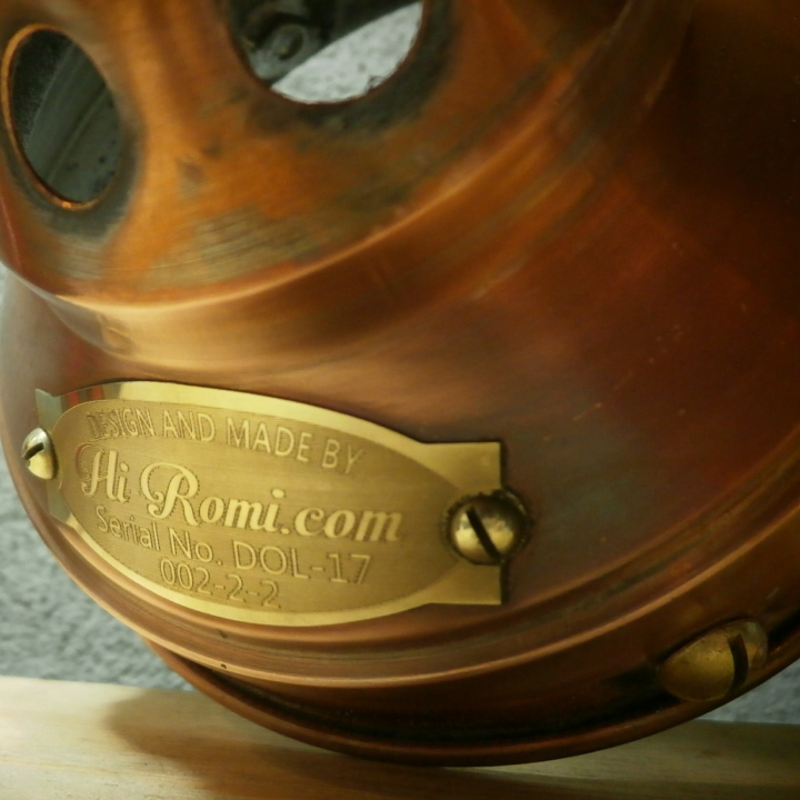 銅製シェードに真鍮マイナスネジとHi-Romi.comタグを貼り付け終了
