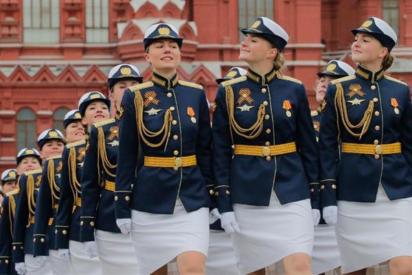 wor1705090043-p4_9日、モスクワの赤の広場を行進するロシアの陸軍女性兵士(AP)
