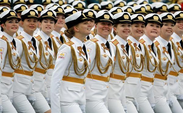 wor1705090043-p7_9日、モスクワの赤の広場を行進するロシアの陸軍女性兵士(AP)