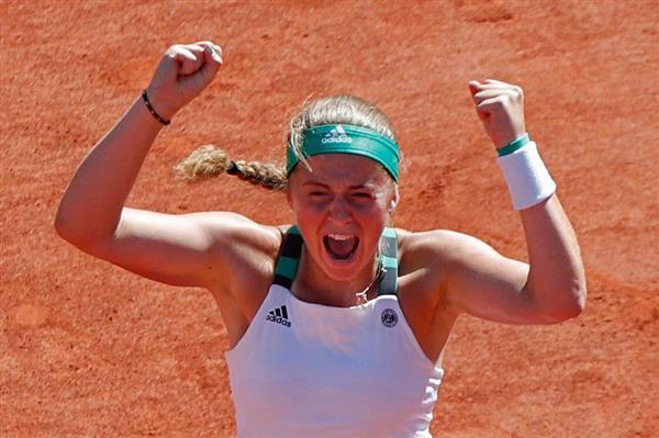 wst1706190009-p11_全仏オープンで優勝し、笑顔がはじけるエレナ・オスタペンコ(AP)