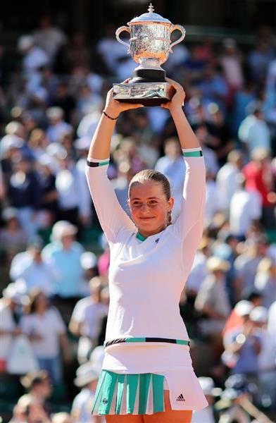 wst1706190009-p1_全仏オープンで優勝し、トロフィーを掲げるエレナ・オスタペンコ(AP)