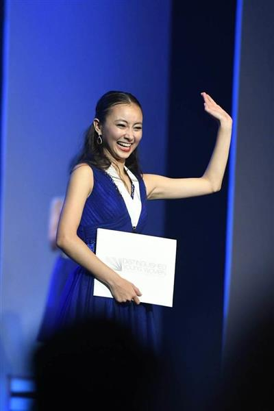 wor1707030030-p1_「米国の傑出した若い女性」コンクールで優勝し、観客に手を振る日本人のスカイ・ボークさん