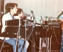 学園祭でフェンダーローズを弾く 高校時代の発起人(左)