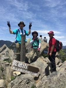 乾徳山山頂。すばらしい眺めでございました。狭い山頂で場所を譲り合いながら簡単にお昼休憩。