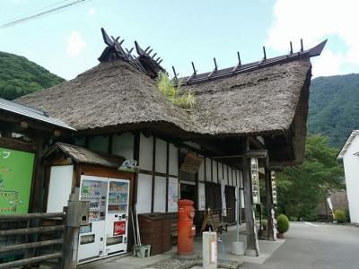 茅葺きの湯野上駅