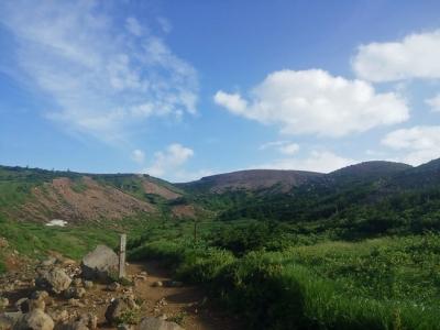 遠くに一切経山が見える登山道