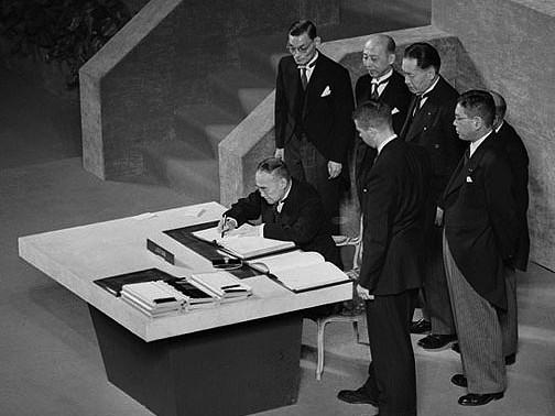 サンフランシスコ講和条約に調印する吉田茂首相